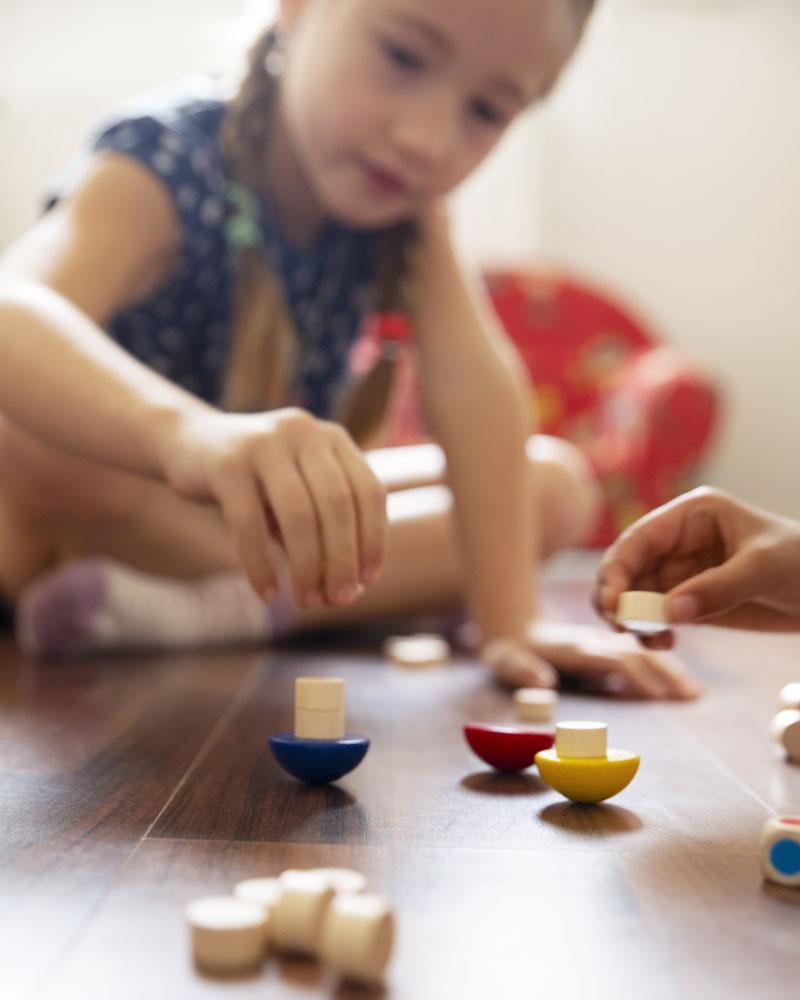 Enfant avec le jouet en bois Balance de Selecta