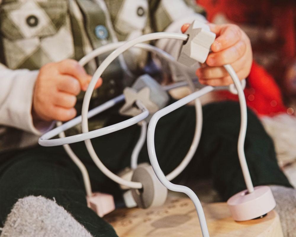 Enfant avec boucle d'étoile jouet en bois de Selecta