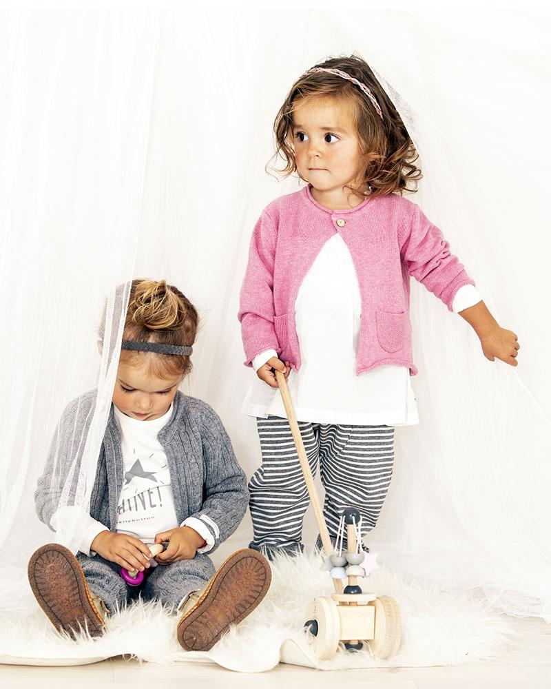 Enfant avec carrousel de jouets en bois de Selecta