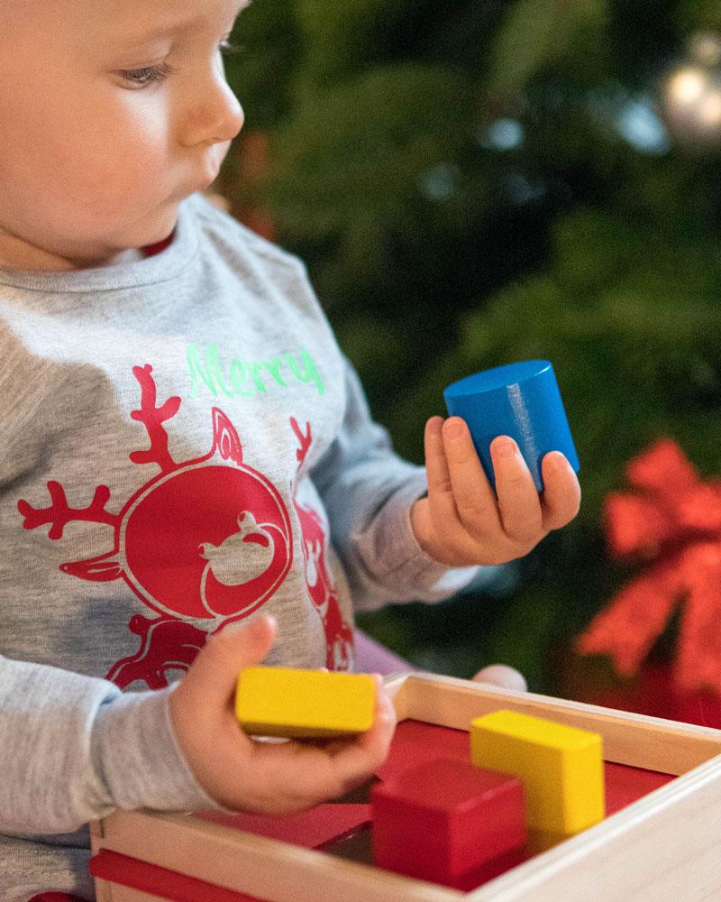 Enfant avec boîte un jouet en bois de forme de Selecta