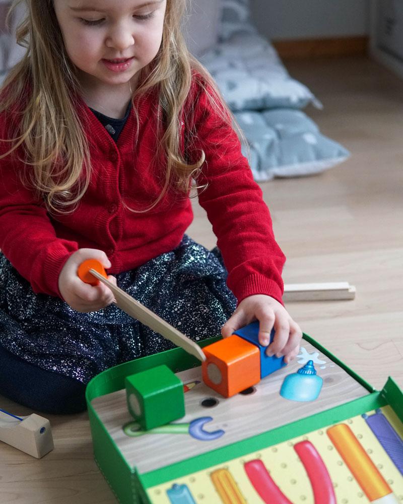 Un enfant avec une boîte à outils en bois de Selecta