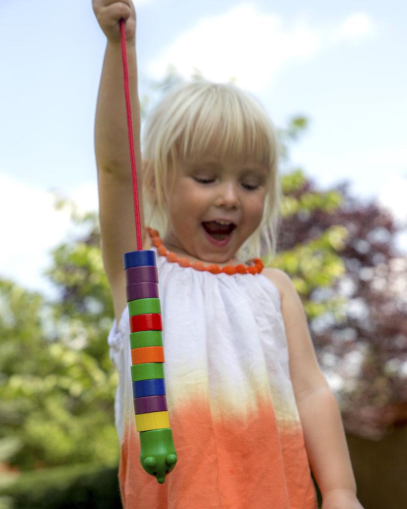 Enfant avec des jouets en bois de chenille de Selecta