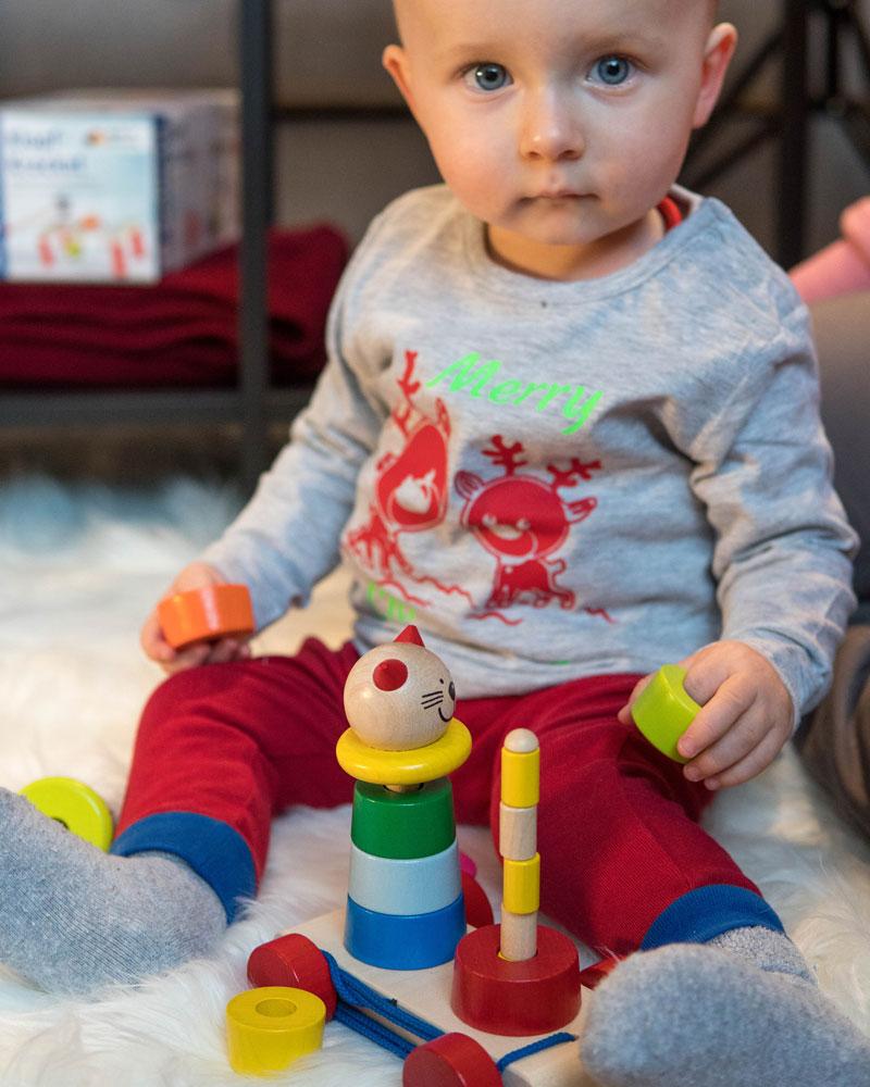 Un enfant avec des jouets en bois filino de Selecta