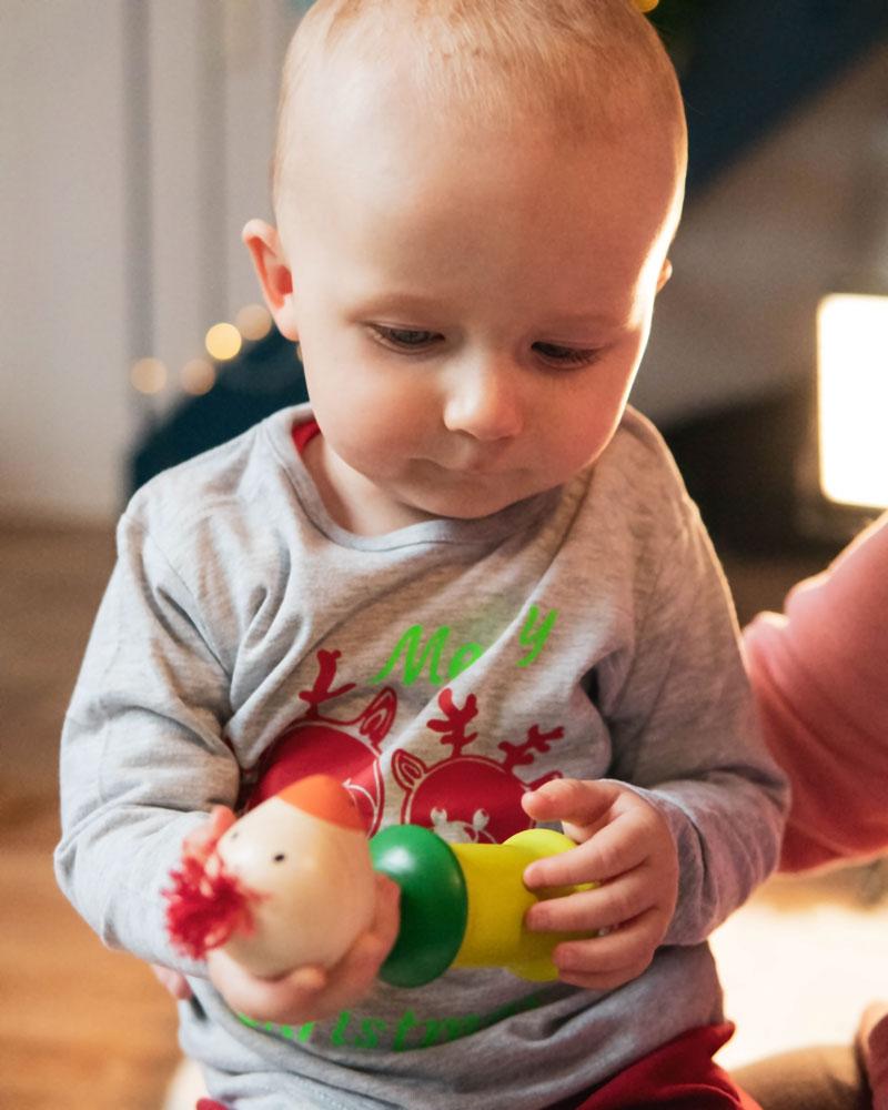Enfant avec les jouets en bois Kiri oiseau de Selecta