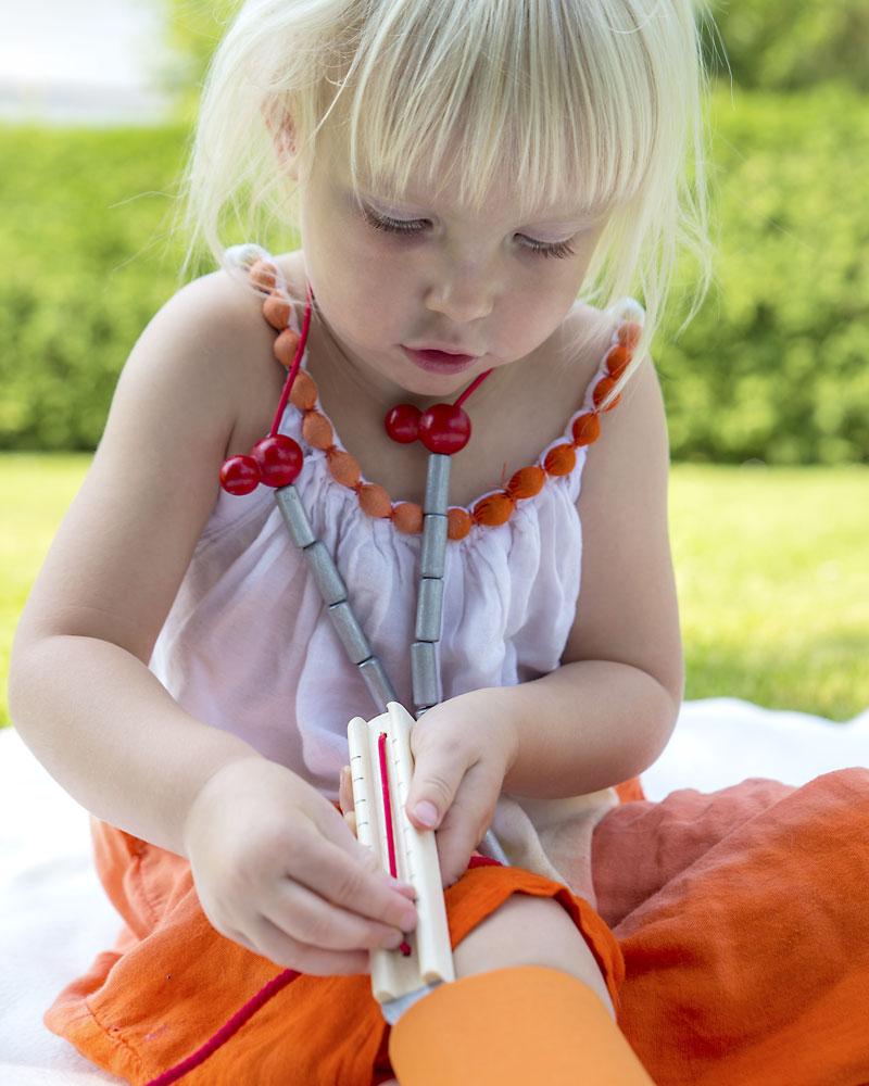 Un enfant avec une mallette de docteur jouets en bois de Selecta