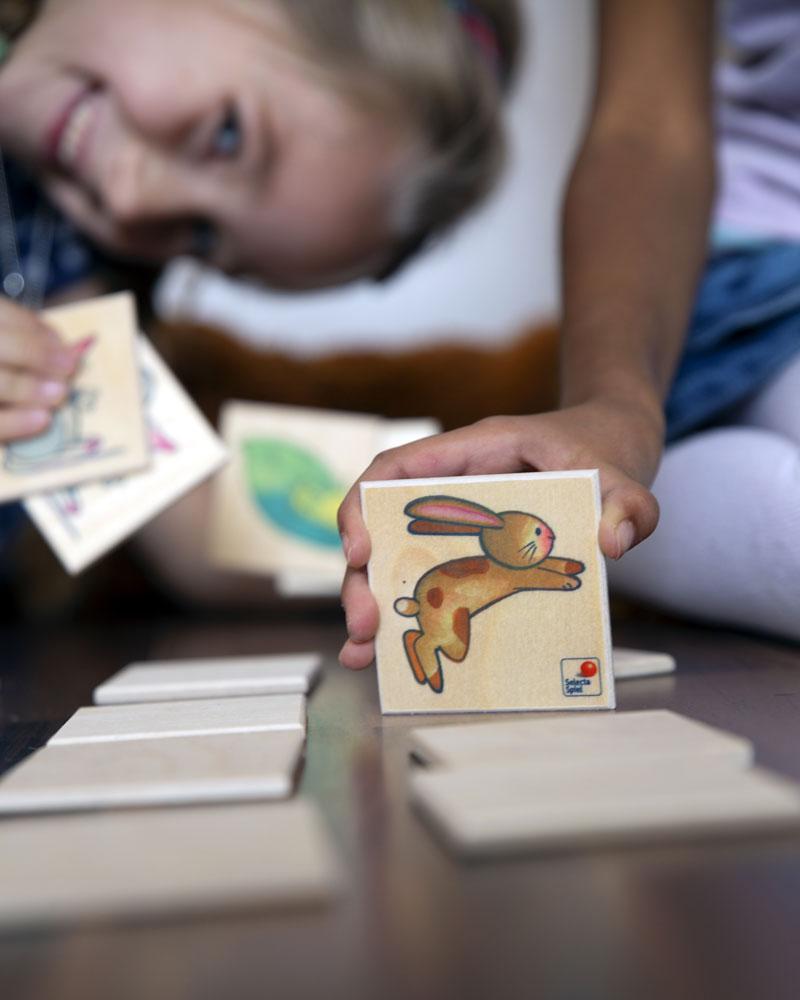 Enfant avec Memo Pepito jouets en bois par Selecta