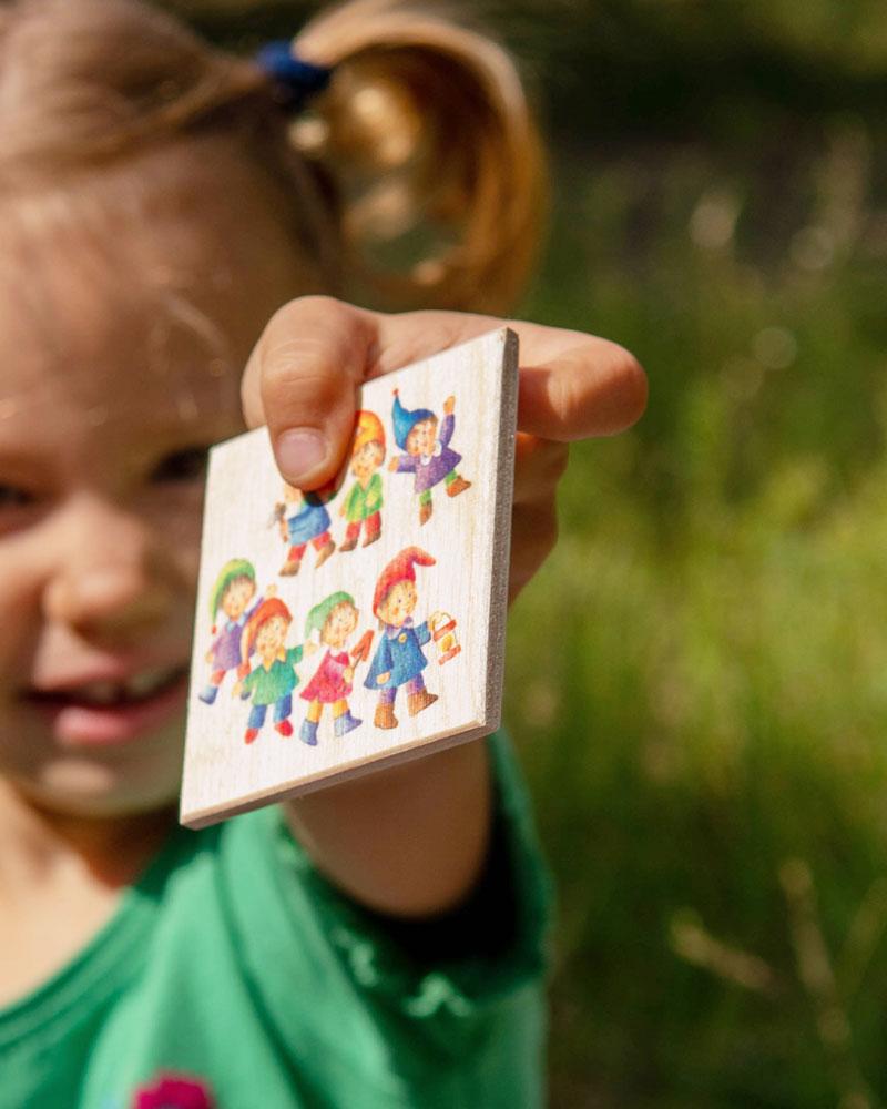 Enfant avec les jouets en bois Numero de Selecta