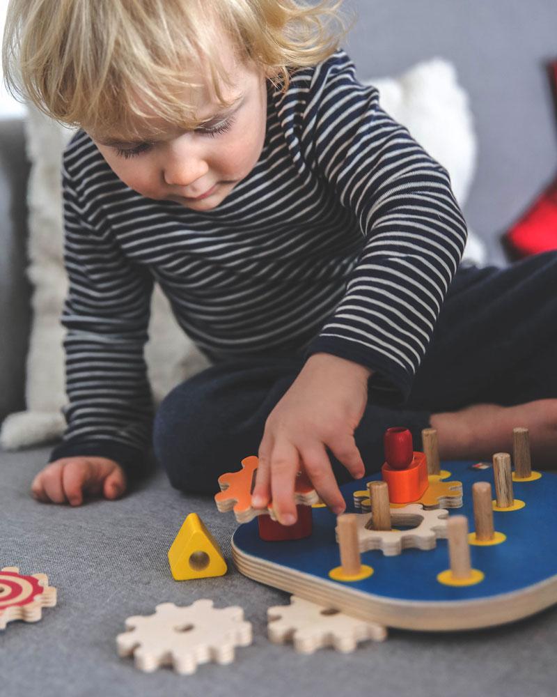Enfant avec les jouets en bois Poignée de Selecta