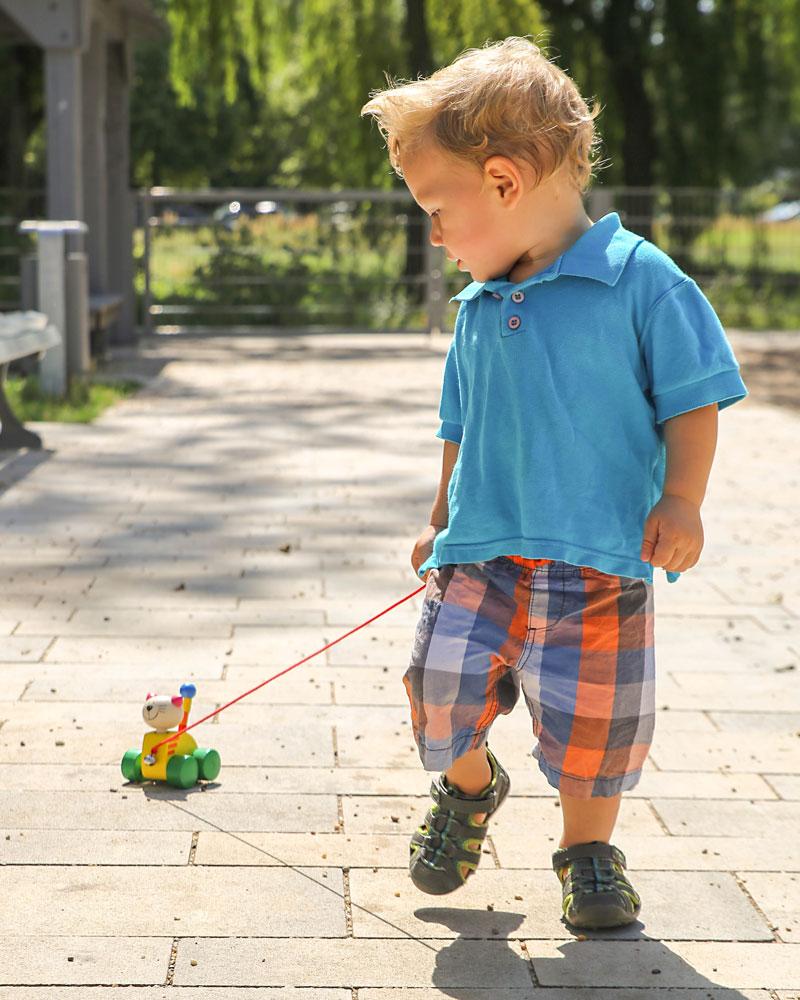 Un enfant avec les jouets en bois Tinka de Selecta