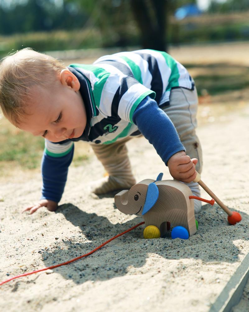 Un enfant avec les jouets en bois Yambo de Selecta